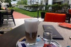 Kávézás a teraszon