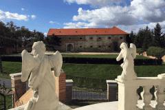 Kálvária, háttérben a Széchényi-kastély
