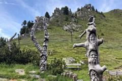 Fából faragott  szobrok