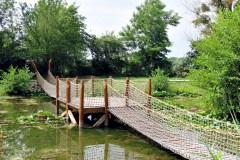 Hálóból készült hídon is átkelhetünk