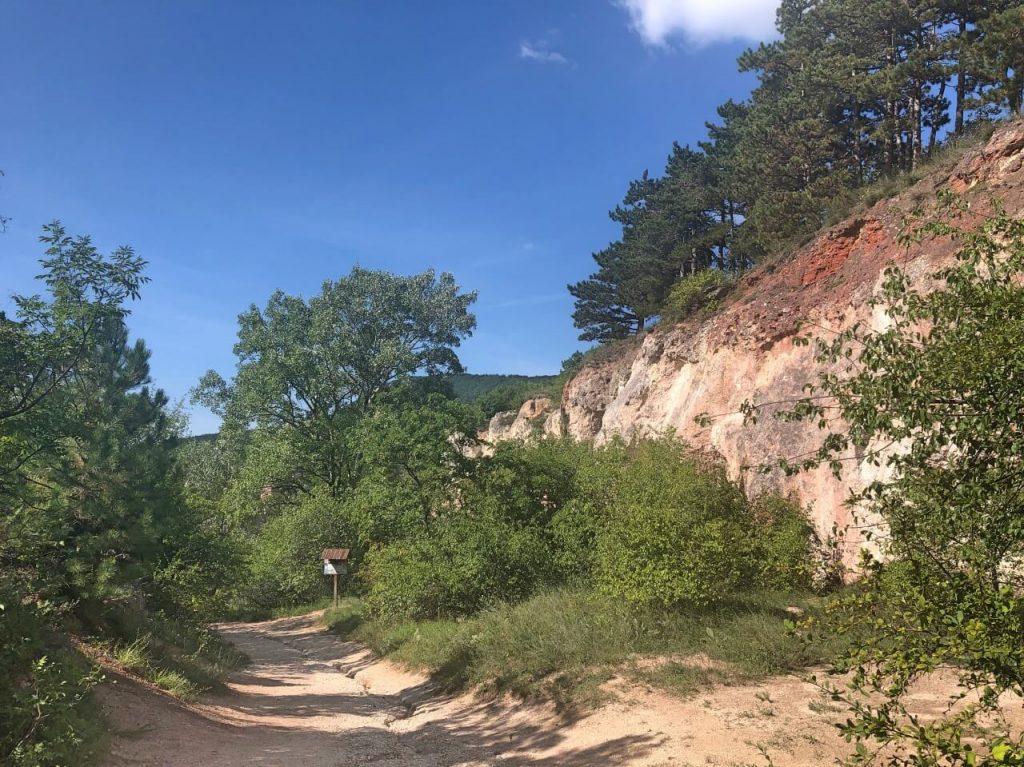 Teve-szikla, Kőfülke és az Egri vár másolata Pilisborosjenő határában