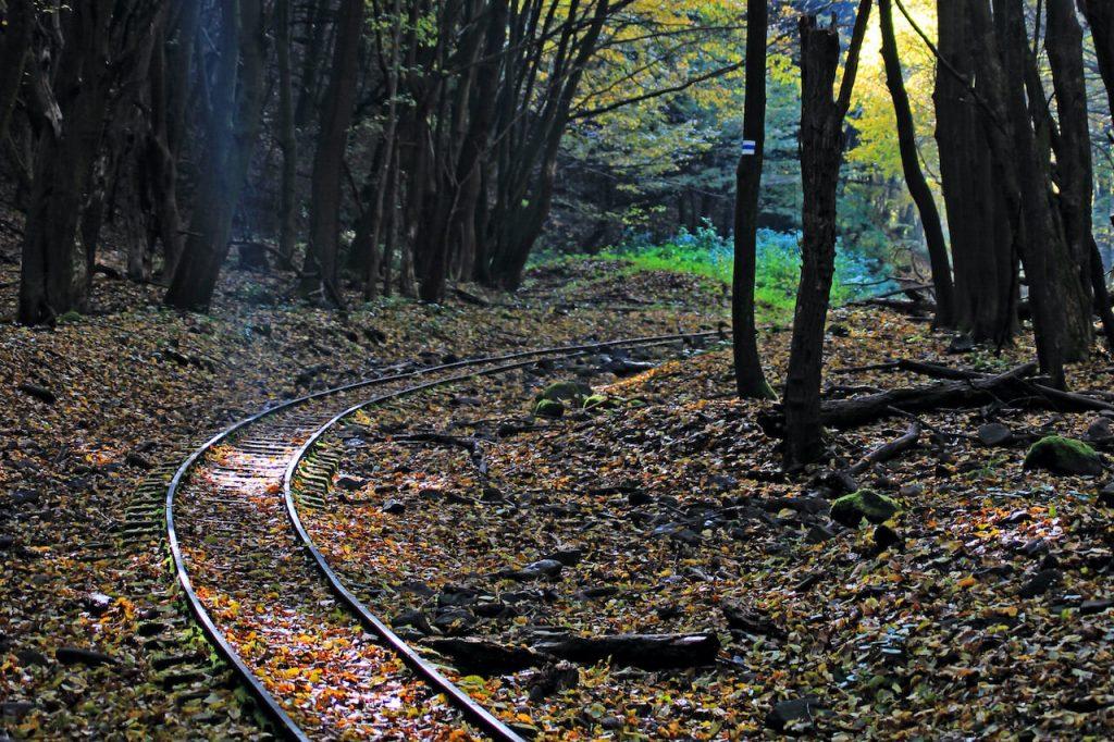 Csarna-völgy és a kemencei kisvasút elmosott pályája