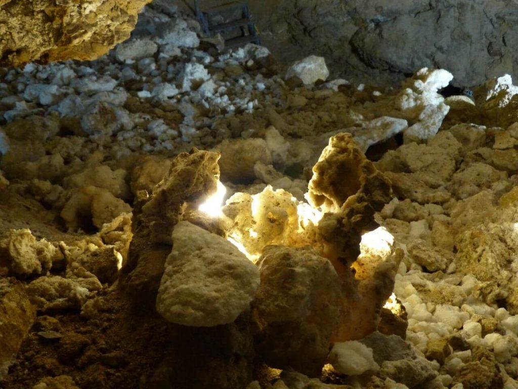 Tündérkapu és kristálybarlang a Nagy-Strázsa hegy oldalában