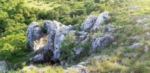 Tündérkapu és kristálybarlang a Nagy-Strázsa-hegy oldalában