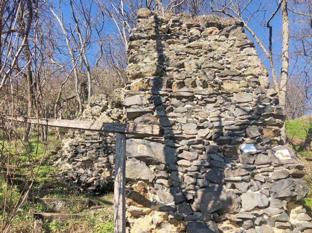 Sok lépcső és mesés panoráma - túra a hegyesdi várromhoz