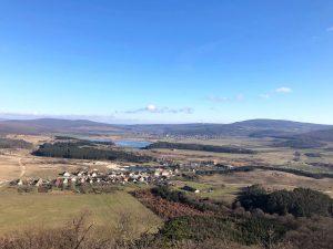 Sok lépcső és mesés panoráma – tanösvény a hegyesdi várromhoz