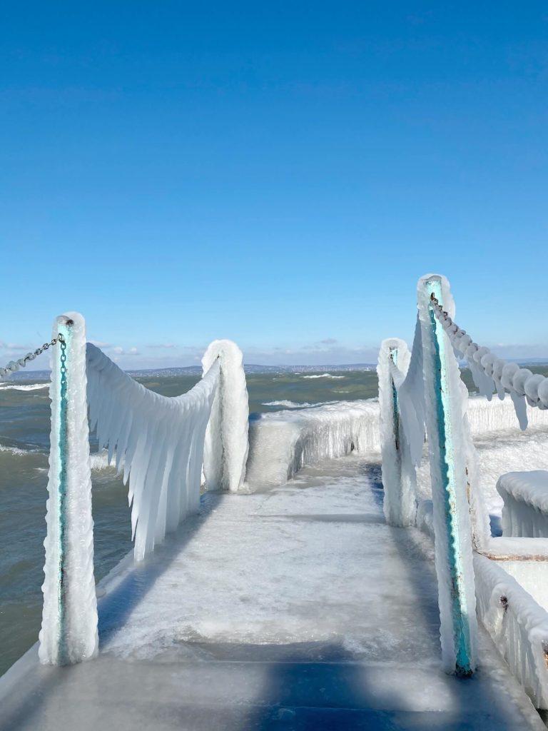 Jégbe zárt világ a Balaton déli partján