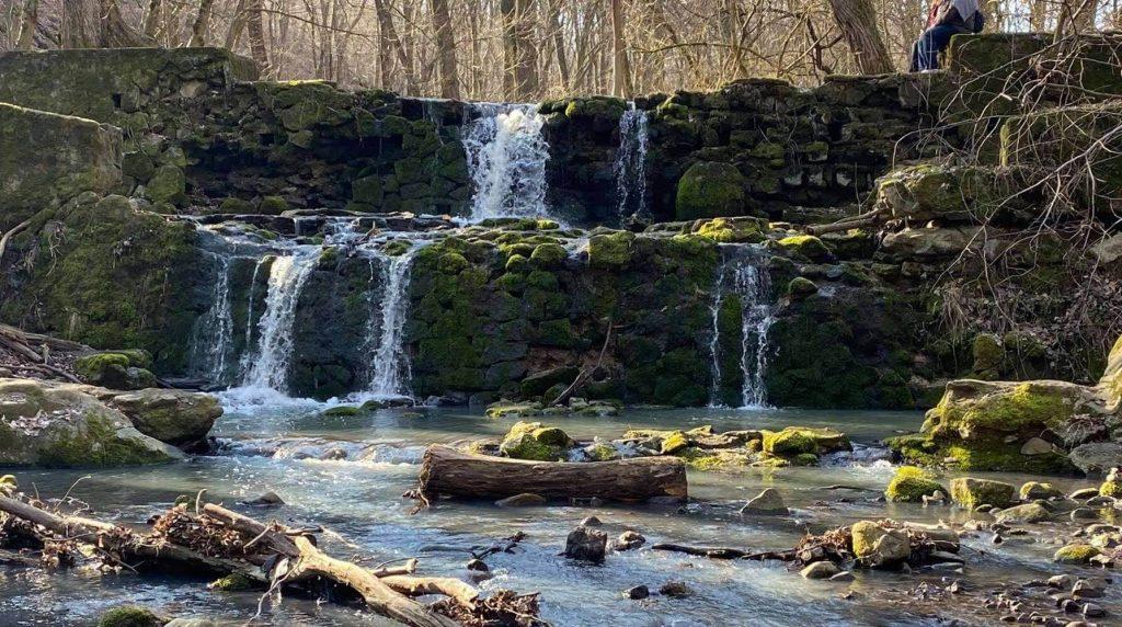 Jártál már a szentendrei Annavölgyi-vízesés mesebeli világában?