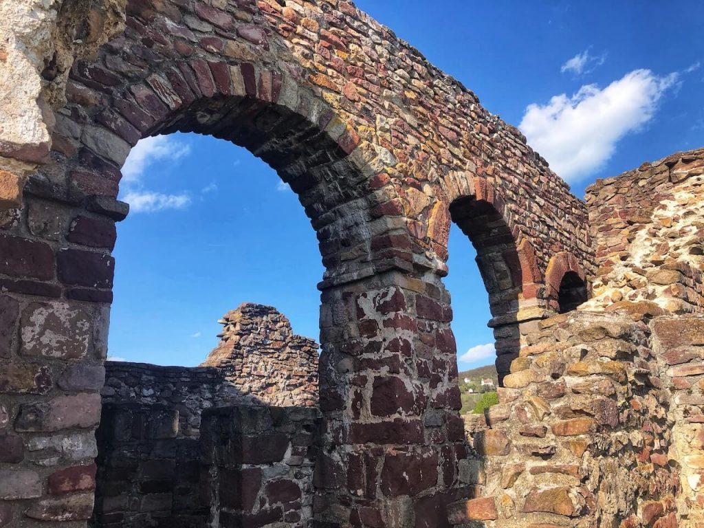 Lenyűgöző középkori templom- és kolostorromok a Balaton-felvidéken