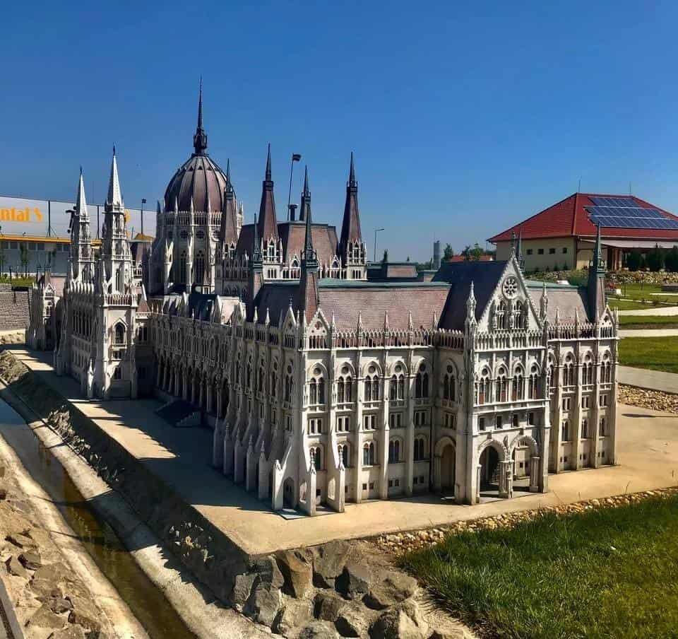 Makettparkok Magyarországon -   barangolás hazánk legszebb épületei között